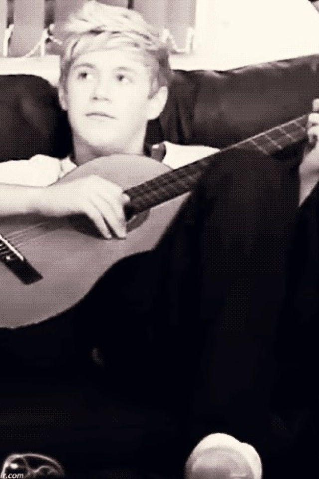 is any1 else jealous of the guitar?...love u Niall